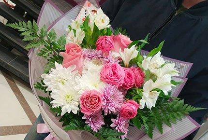 Розы и герберы в букетах и шляпных коробках со скидкой 50% от букетной мастерской ЦветкОFF
