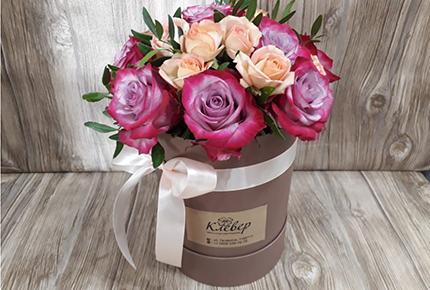 Шляпная коробка с розами со скидкой 50% в мастерской цветов «Клевер» на Гагарина