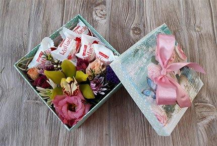 Цветы и конфеты к 14 февраля со скидкой 50% от мастерской цветов и подарков «Клевер»