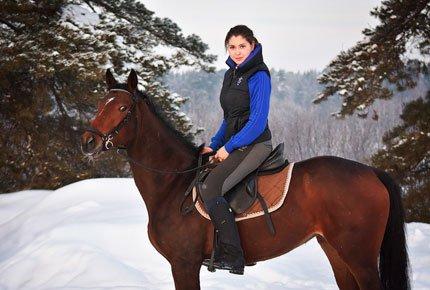 Катание на лошадях в теплом манеже конного клуба «Гиппа»