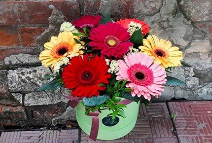 Розы и большая коробка с герберами со скидкой 50% в мастерской цветов Кактус на Киевской