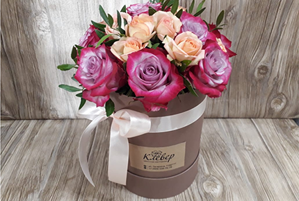 Букеты  и розы в шляпных коробках со скидкой 50% в мастерской цветов «Клевер» на Гагарина