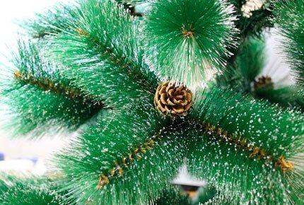 Искусственные зелёные ели с натуральными шишками и снежным напылением со скидкой 60%. Набор шаров и гирлянда в подарок!