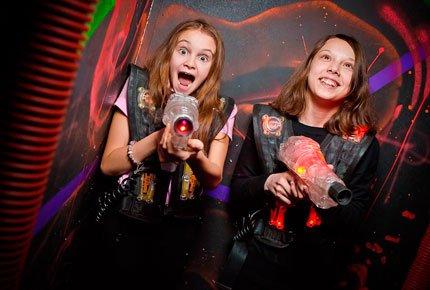 """Лазерные бои в фантастическом лабиринте со скидкой 55% от лазертаг-арены """"Портал-70"""""""