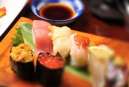 Лесбиянки едят суши с другой девушки