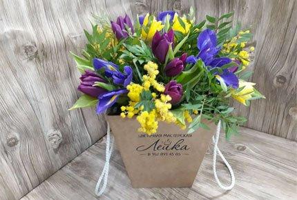 Тюльпаны и мимозы с зеленью в плайм пакете за 1200 рублей от цветочной мастерской «Лейка»