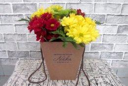 Букет из хризантем в коробочке за 490 рублей в цветочной мастерской «Лейка»